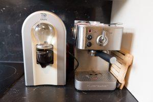 On est dans les dimensions classiques d'une machine à café. L'encombrement du plan de travail est très raisonnable.