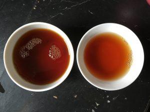 À gauche, le thé d'une capsule en infusion manuelle. À droite, le thé infusé dans la machine.