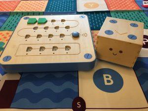 Le Cubetto (à droite), Le tableau de bord (à gauche) et le tapis de jeu